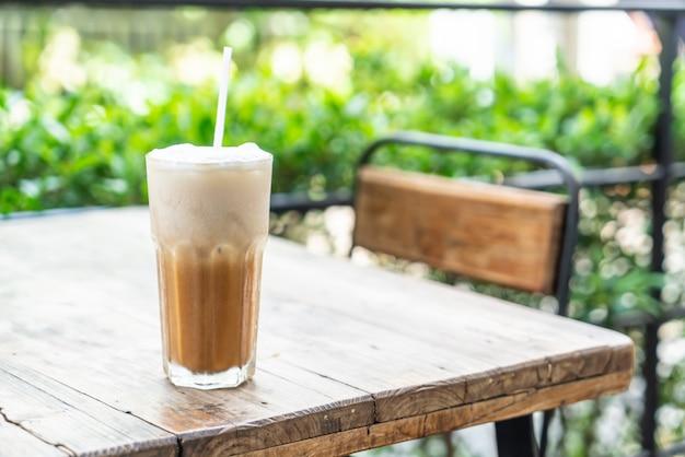 Bicchiere di caffè cappuccino ghiacciato nella caffetteria