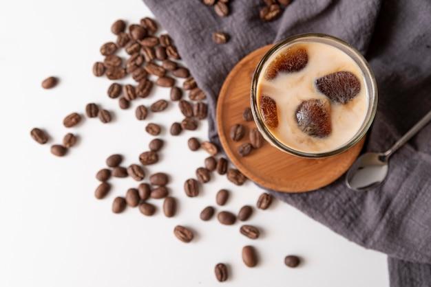 Bicchiere di caffè ghiacciato e fagioli