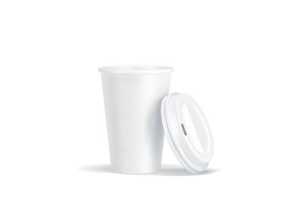 Bicchiere di carta usa e getta bianco vuoto con coperchio in plastica aperto