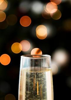Bicchiere di champagne con bokeh