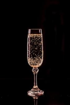 Bicchiere di champagne con bolle con la riflessione