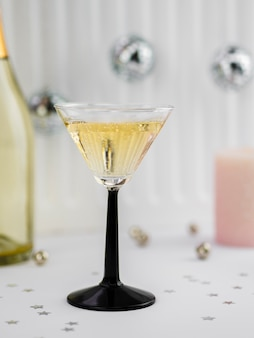 Bicchiere di champagne con globi e bottiglia