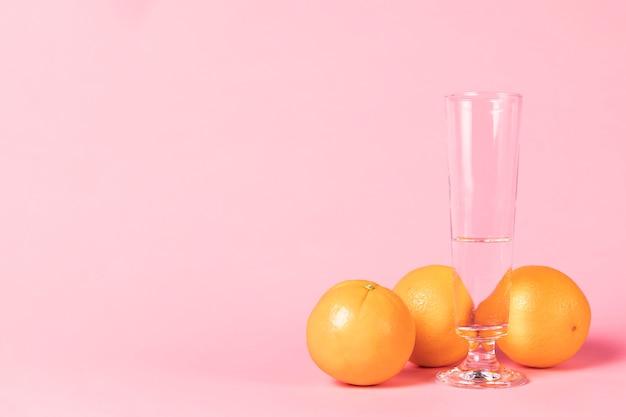 Bicchiere di champagne e frutta all'arancia