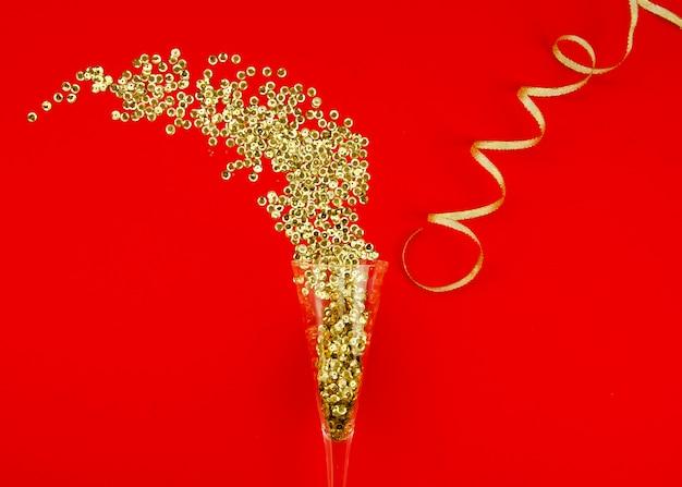 Bicchiere di champagne e glitter oro