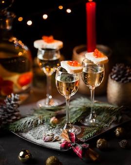 Bicchiere di champagne e pane grigio con caviale rosso