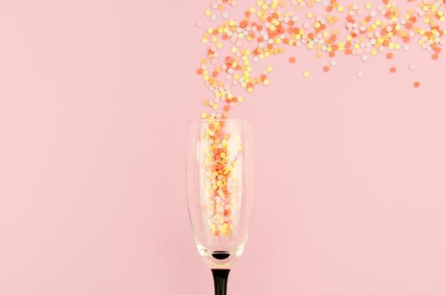 Bicchiere di champagne pieno di glitter