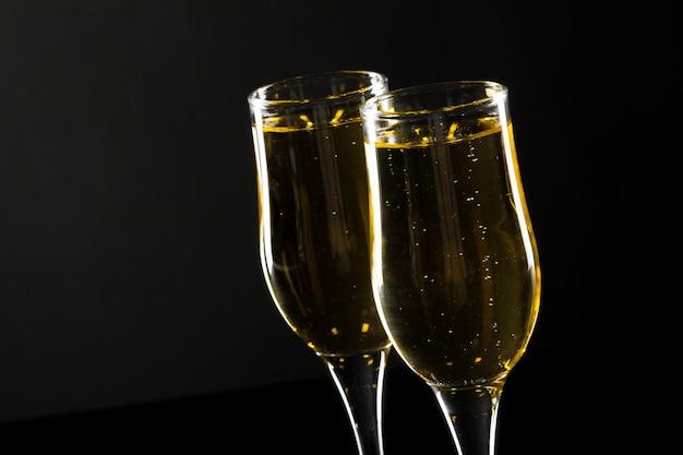 Bicchiere di champagne su sfondo nero