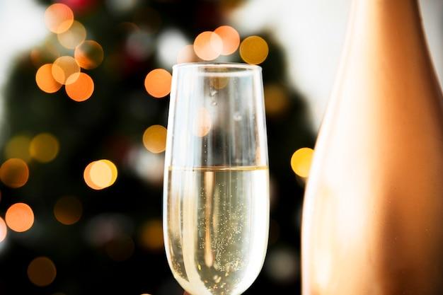 Bicchiere di champagne su sfondo sfocato