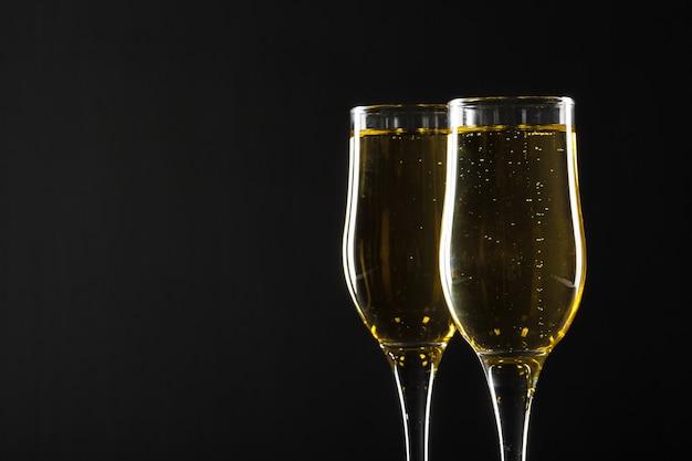Bicchiere di champagne sul nero
