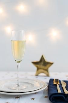 Bicchiere di champagne sul piatto con stella