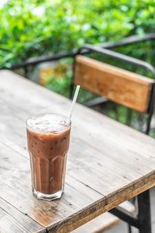 Bicchiere di cioccolato ghiacciato nella caffetteria
