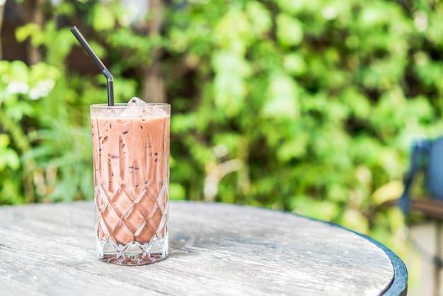 Bicchiere di cioccolato ghiacciato sul tavolo