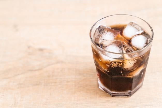 Bicchiere di coca cola con ghiaccio