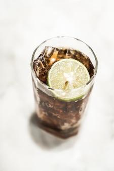 Bicchiere di coca ghiacciato