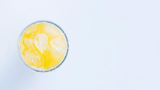 Bicchiere di cocktail con cubetti di ghiaccio