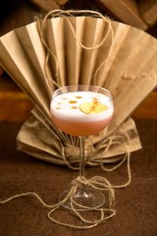 Bicchiere di cocktail con ghiaccio guarnito con fetta di limone