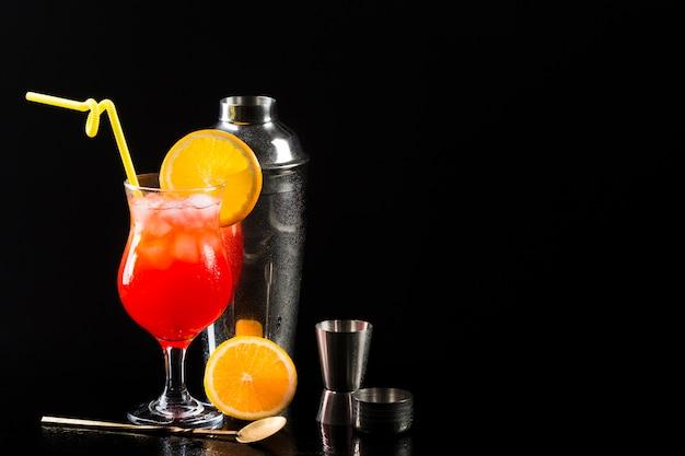 Bicchiere di cocktail con shaker e copia spazio