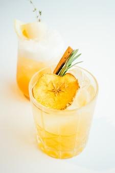 Bicchiere di cocktail di mela ghiacciata