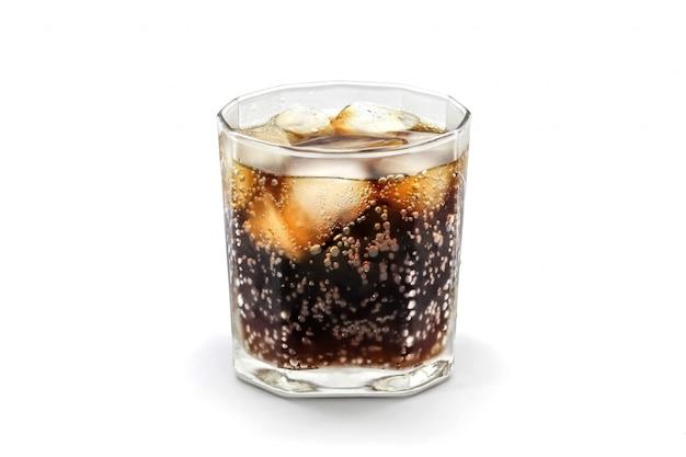 Bicchiere di cola con cubetto di ghiaccio isolato