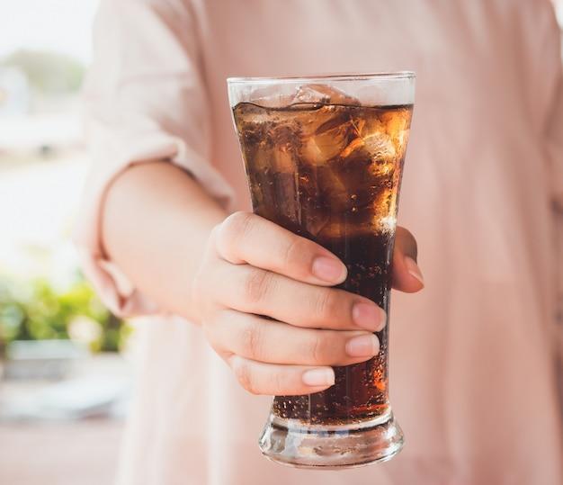 Bicchiere di cola con ghiaccio.
