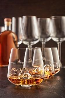 Bicchiere di cristallo con whisky su un tavolo di legno