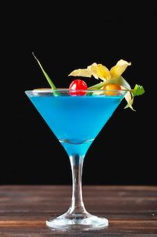 Bicchiere di delizioso cocktail alcolico