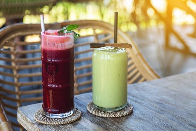 Bicchiere di delizioso succo di barbabietola e frullato di avocado sano