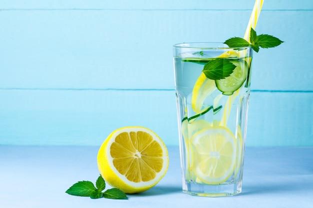 Bicchiere di disintossicazione, limone succoso e menta,