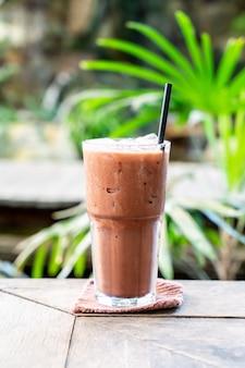 Bicchiere di frappè al cioccolato ghiacciato