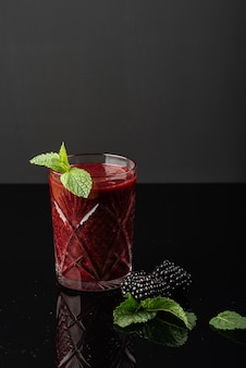 Bicchiere di frullato di more
