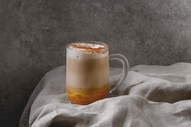 Bicchiere di latte alle spezie di zucca