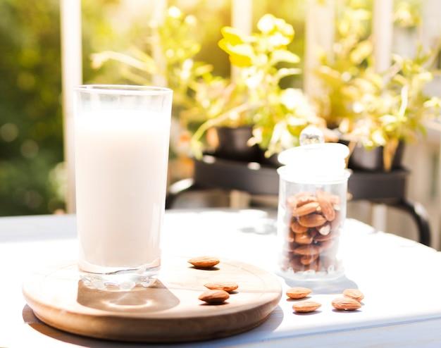 Bicchiere di latte con mandorle