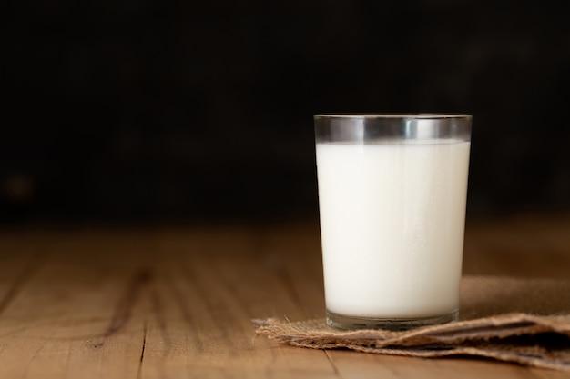 Bicchiere di latte contro