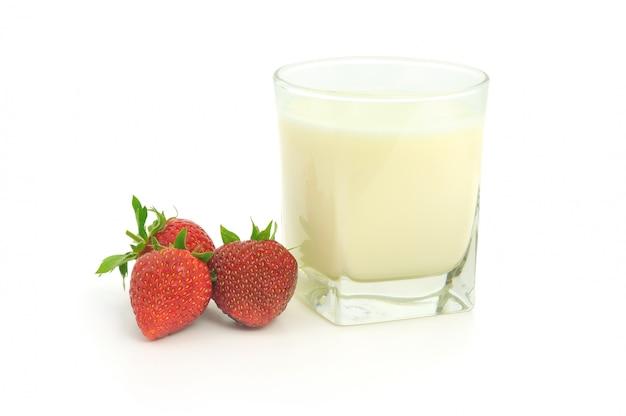 Bicchiere di latte e fragole