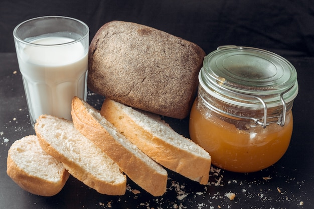 Bicchiere di latte e pane