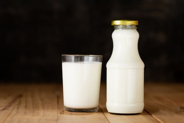 Bicchiere di latte e una bottiglia di latte fresco