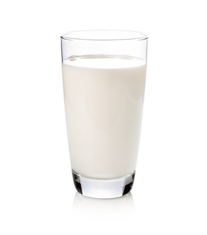 Bicchiere di latte isolato su bianco