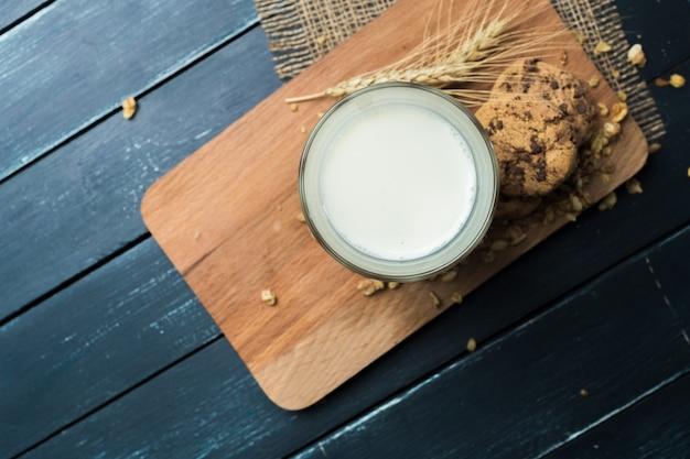 Bicchiere di latte sulla tavola su naturale vago