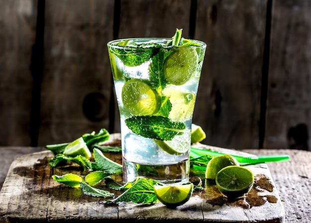 Bicchiere di mohito cocktail o limonata con lime e menta
