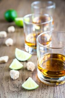 Bicchiere di rum su legno