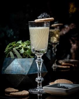 Bicchiere di shampaigne con caviale nero sul tavolo