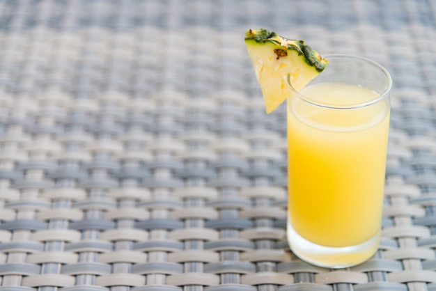Bicchiere di succo d'ananas