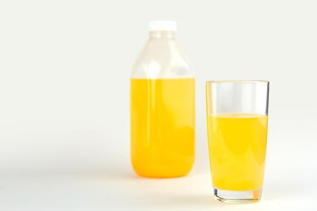 Bicchiere di succo d'arancia copia spazio.