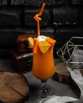 Bicchiere di succo d'arancia e zucca