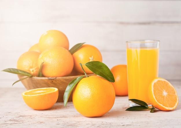 Bicchiere di succo d'arancia fresco biologico crudo con frutta