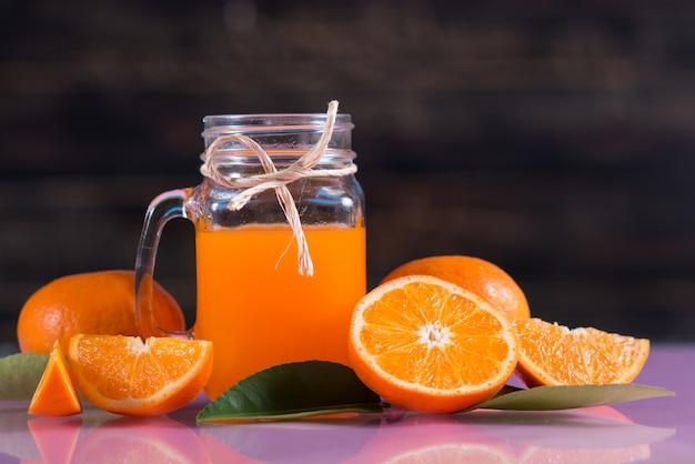 Bicchiere di succo d'arancia fresco con fetta d'arancia
