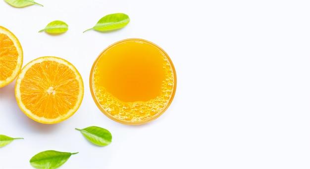 Bicchiere di succo d'arancia fresco su sfondo bianco.
