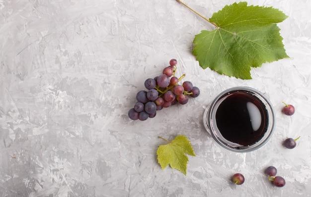 Bicchiere di succo d'uva rossa. vista dall'alto, sfondo copyspace