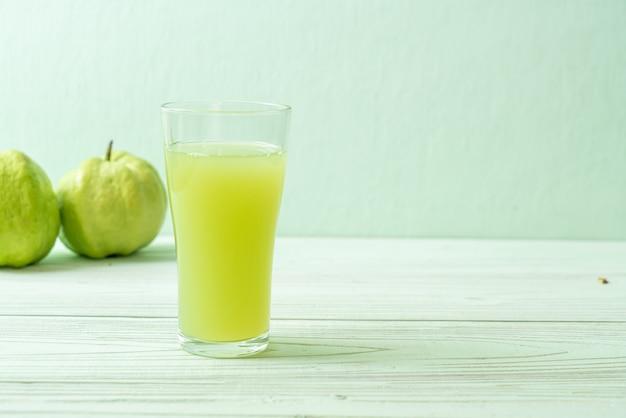 Bicchiere di succo di guava fresco con guava fresco