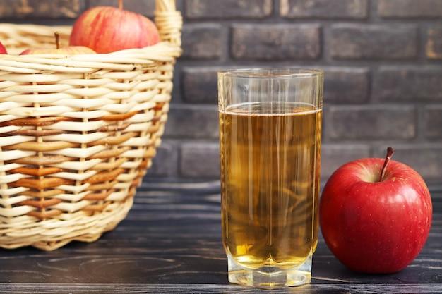 Bicchiere di succo di mela, mela rossa e succo di frutta